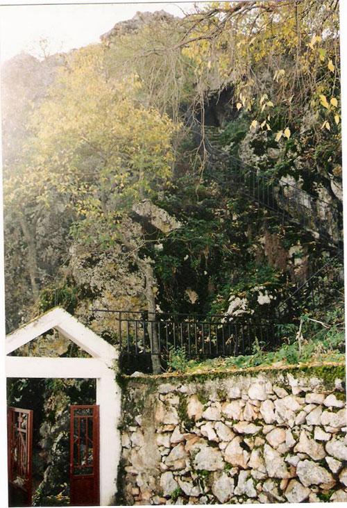 """Η εισοδος του Ιερου Ναού Αγίου Νικολάου και η σκάλα που ανεβάζει στη σπηλιά στο """"ΝΤΟΥΧΛΟ"""""""